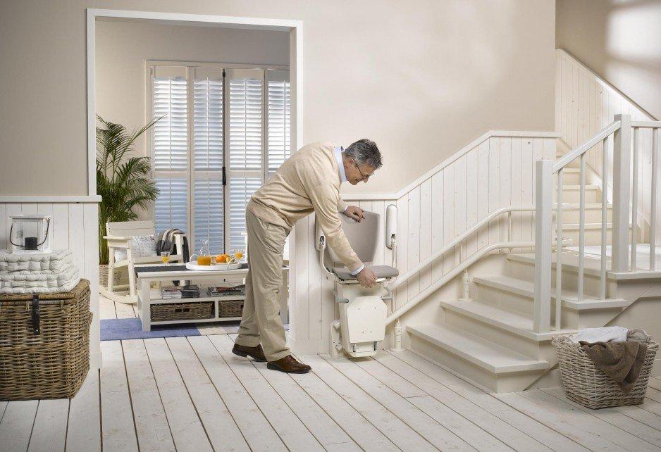 Krzesełka schodowe dla seniorów jako skuteczny i tani sposób na zniwelowanie bariery architektonicznej