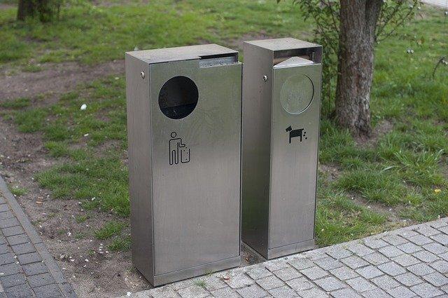 Jak ukryć śmietnik w przestrzeni osiedlowej? Wiaty śmietnikowe i rowerowe