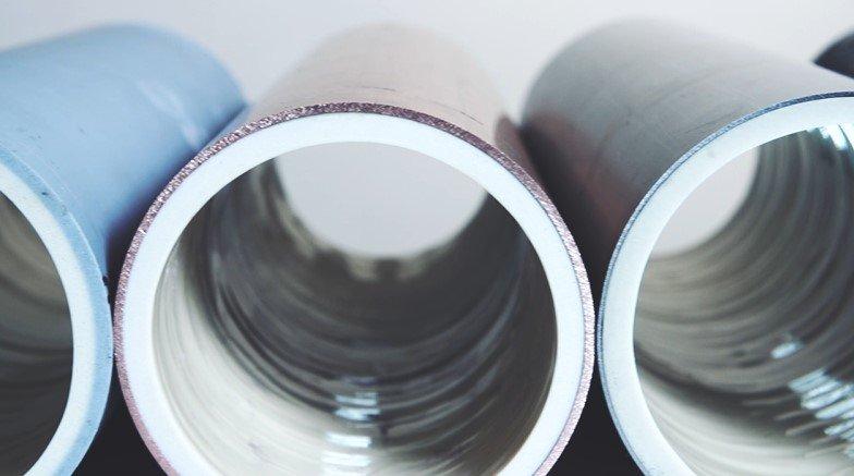 Awarie kanalizacji w budynkach mieszkalnych a naprawa metodą natryskową