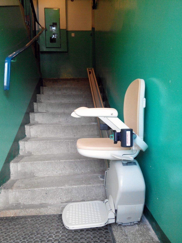 Krzesełko schodowe Arcon używane na szynie prostej.