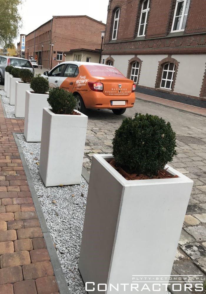 Biała donica betonowa