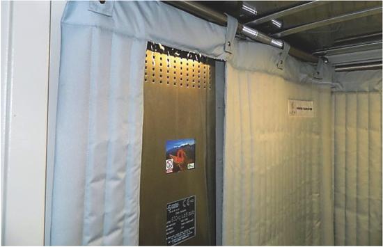 Fot. 1. Przykład poprawnie zabezpieczonej windy - zabezpieczenie wokół panelu dyspozycji i całej kabiny. Zdjęcia użyczone przez firmę Safel