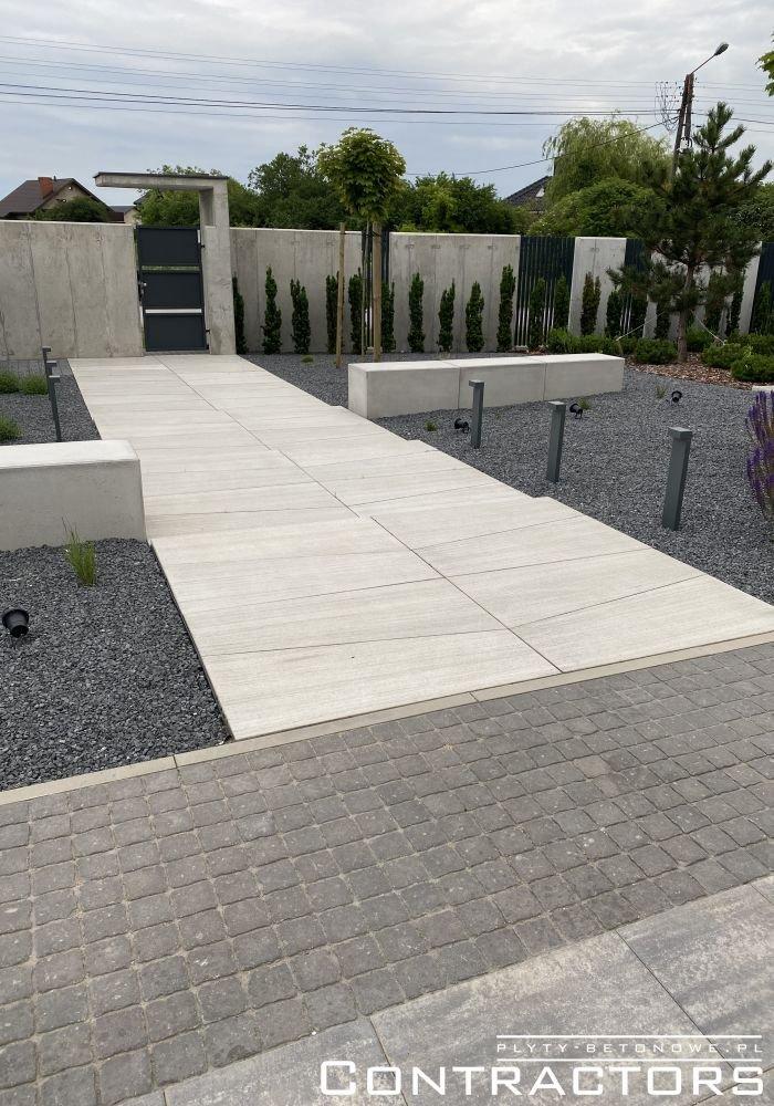 Ścieżka z betonowych płyt
