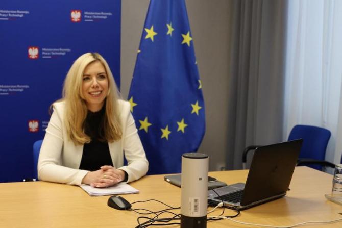 Wiceminister rozwoju, pracy i technologii Anna Kornecka podczas spotkania konsultacyjnego fot. MRPiT