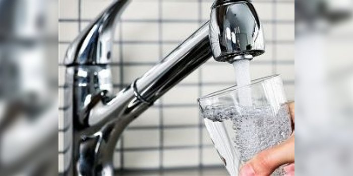 Picie wody prosto z kranu jest ryzykowne Alamy, BMETERS