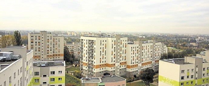 Klasyczne osiedle z wielkiej płyty w Sosnowcu – po głębokiej termomodernizacji. Na dachach widoczne elementy instalacji wentylacyjnej
